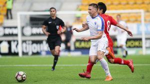 Finlands Timo Stavitski kämpar om bollen i genrepet mot Turkiet.