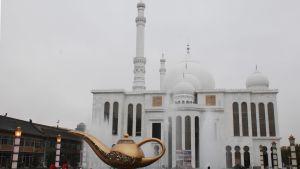 Otaliga storstilade moskéer har blivit färdiga under det senaste decenniet. Nästan alla är uppförda i arabisk stil.