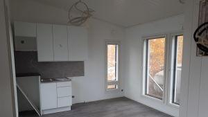 Kök/vardagsrum i det minihus som elever på Mellersta Österbottens yrkesinstitut har byggt.