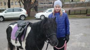 Melina Markola med ponnyn Bella som är en svart Schetlandsponny
