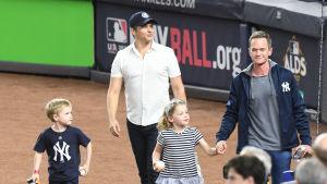 Bild på skådespelaren Neil Patrick Harris och David Burtka med sina barn.