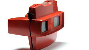Bild av en View-Master, röda plastkikare där man kan lägga in bilder för att se den tredimensionellt.