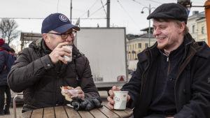 kaksi miestä kahvilla Kauppatorilla