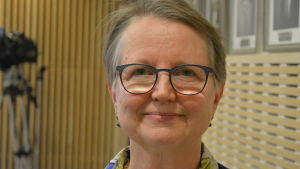 Jane Trygg-Kaipiainen i fullmäktigessalen.