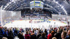 Fullt hus på Finland-Ryssland vid dam-VM i ishockey.