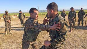 Nya rekryter till SDF, Syriens demokratiska front, tränas på deras bas i Tel Tembre