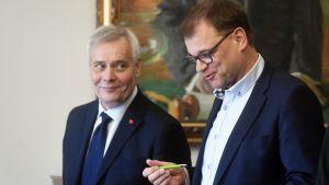 Antti Rinne och Juha Sipilä går jämsides och talar.