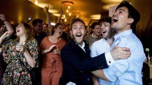 Medlemmar av det holländska Arbetarpartiet i Haag firade överraskningsresultatet av vallokalsundersökningarna på torsdag kväll.