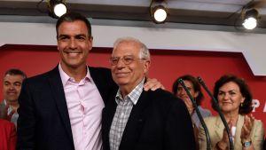 Spaniens premiärminister Pedro Sanchez (till vänster) tillsammans med t.f. utrikesminister och PSOE:s toppkandidat i EU-valet Josep Borrell under en presskonferens i Madrid natten till måndagen.