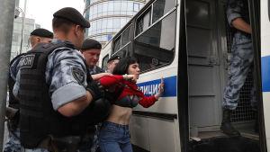 En ung kvinna som också greps på onsdagen i Moskva.