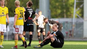 Timi Lahti sitter på marken.