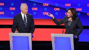 Biden & Harris med uppsträckt hand, i CNN:s valdebatt.