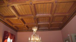 Ett innertak i brunt, lackat trä. Format som rutor, tredimensionellt.
