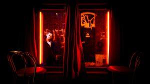 En installation i museet Red Light Secrets i Amsterdam som föreställer gapande turister.