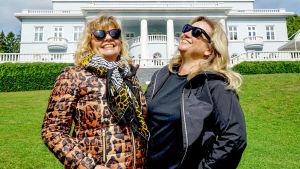 Inger Nilsson ja Maria Sid hymyilevät puistossa.