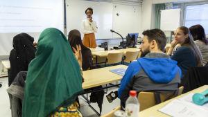 Lektion på yrkesinstitutet Careeria. Gästföreläsaren Ujuni Ahmed talar om familje- och hedersvåld.