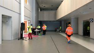 Keskussairaalan aulaa siivotaan