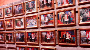 Bild på kända besökare som har besökt jultomtens verkstad