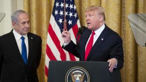 Benjamin Netanyahu till vänster och Donald Trump till höger.