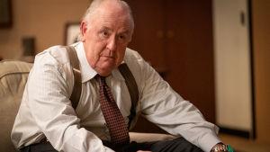 John Lithgow som Roger Ailes - sittande i soffan.
