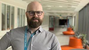 Martin Ahlskog rektor i Sursik högstadium står i en tom korridor
