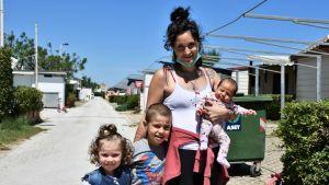 Kvinna tillsammans med tre barn.