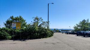 Ett parkeringsområde nere vid stranden.