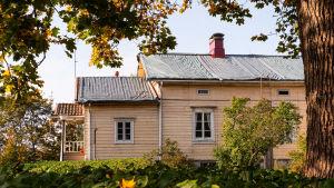 Den gamla prästgården som är nyare, taket är täckt med presenning.