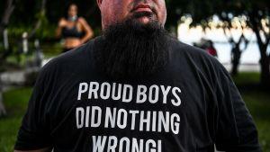 En anhängare till Trump som kommit till det konstmuseum i Miami där NBC:s utfrågning av Trump ordnades. Anhängaren bar en Proud Boys-skjorta. Proud Boys är en högerextrem och nynazistisk rörelse som Trump tidigare inte velat fördöma.