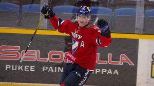 Anton Lundell jublar med armarna i vädret.
