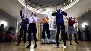 Barngruppen Biolapset uppträder på Presidentslottet.