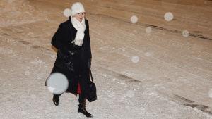 Työministeri Tuula Haatainen saapuu säätytalolle.