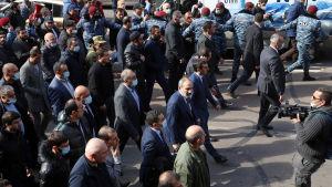 Pasjinjan omgärdad av sina anhängare i centrum av Jerevan.