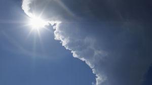 Sol och moln på himlen.