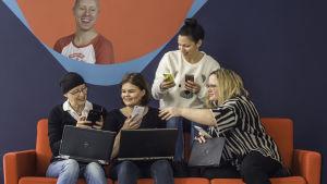 Teamet som sköter bevakningen av Oscarsgalan 2017 samlade i en soffa.