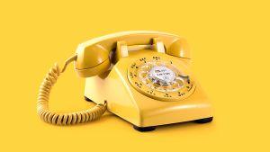 vanhanaikainen numerokiekollinen pöytäpuhelin