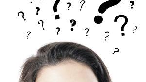 En kvinnas huvud omringat av frågetecken.