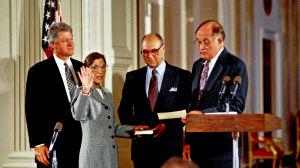 Ruth Bader Ginsburg svärs in i USA:s högsta domstol den 10 augusti 1993. Hon har sin hand på bibeln som hennes man Martin håller i och håller upp andra handen i luften. Bredvid henne står president Bill Clinton. På andra sidan domaren William Rehnquist.