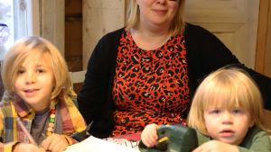 Laura Savolainen ja lapset pöydän ääressä