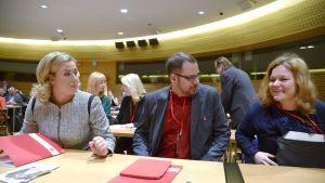 SDP:s ordförande, finansminister Jutta Urpilainen, partisekreterare Reijo Paananen och undervisningsminister Krista Kiuru vid fullmäktigemötet i Helsingfors den 29 mars.