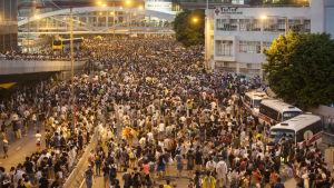Tusentals människor demonstrerar för demokrati i Hong Kong.