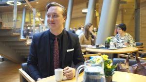 Ilmari Nurminen (SDP) i lilla parlamentet i april 2016, ett år efter att han valdes in i riksdagen. Numrinen är född 1991 och riksdagens yngsta ledamot.