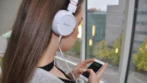Laura lyssnar på musik
