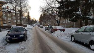 Snöig gata med parkerade bilar i Brunakärr.