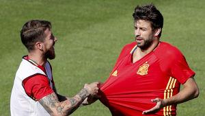 Ramos drar i Piques tröja.