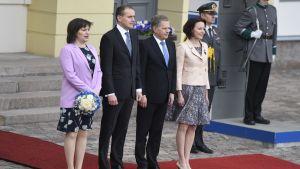 Islands presidentpar Guðni Thorlacius Jóhannesson och Eliza Jean Reid tillsammans med Finlands presidentpar.