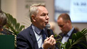De grönas presidentkandidat riksdagsledamot Pekka Haavisto talar på bokmässan i Helsingfors den 28 oktober 2017..