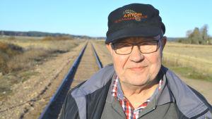 Svante Kiljander bor intill järnvägsspåret.