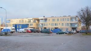 Ett gult hus som är ett av de nya bostadskomplexen i Norra hamnen i Ekenäs.