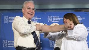 Tidigare hälsovårdsministern i USA Tom Price får influensavaccin.